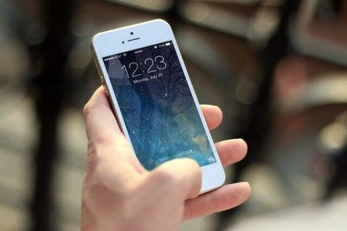 Padres adictos al móvil que ignoran a sus hijos