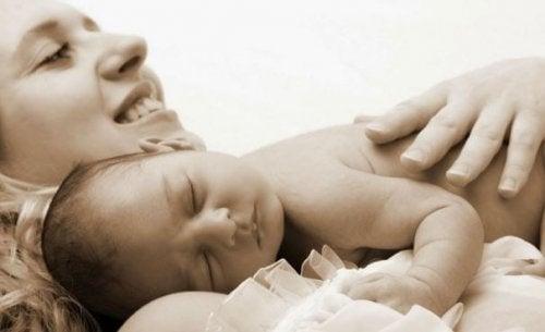 Madre abrazando a su bebé
