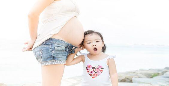 madre-embarazada-con-niña