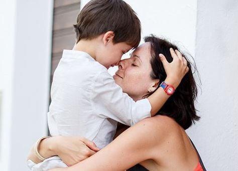 Resultado de imagen para madre abrazando los hijos