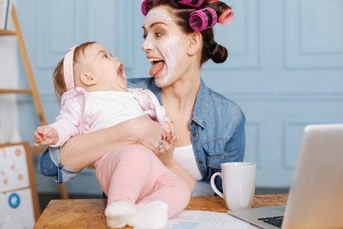 Las madres pueden recurrir a diversas técnicas para entretener al bebé.