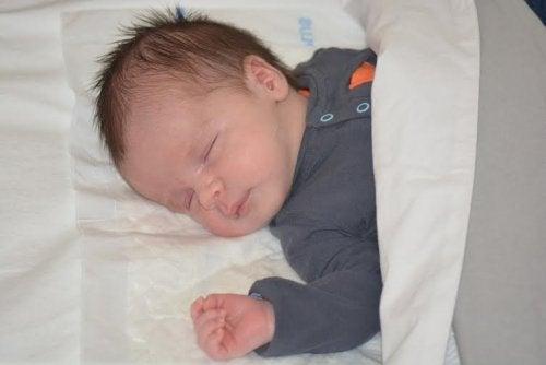 Las mioclonias del sueño en la infancia son benignas.