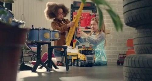 niñas-sentadas-jugando-con-grúa