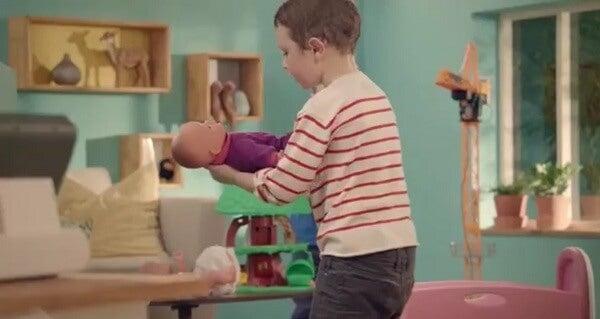 niño-jugando-con-muñeco
