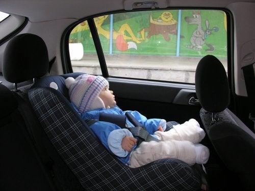 ¿Por qué no debes sentar a tu hijo en el coche con el abrigo puesto?
