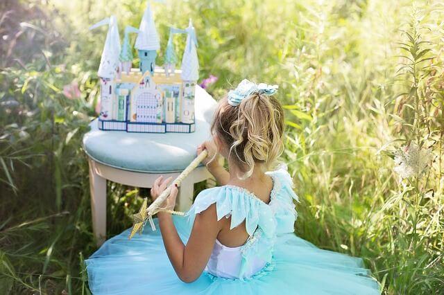 Una princesa azul dándole vida a sus cuentos