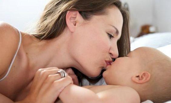 ¿Por qué evitar darle besos en la boca al bebé?