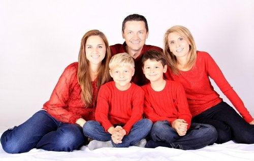 familia-sentada-posando