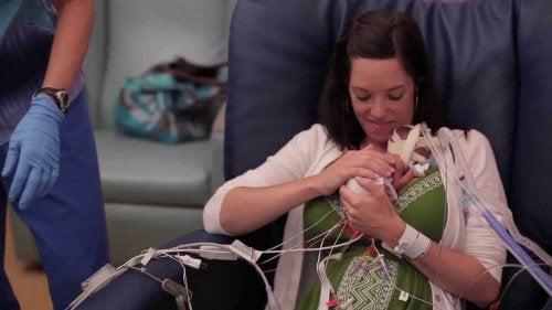 Este vídeo demuestra que el amor fortalece a los bebés prematuros