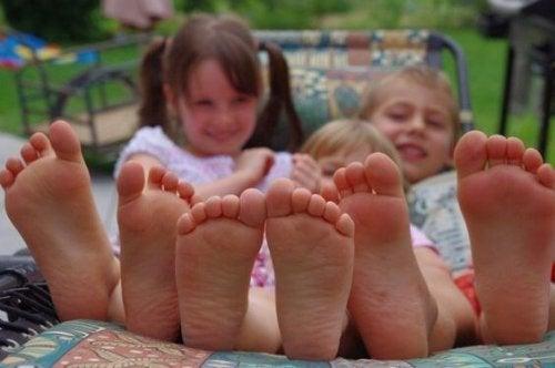 Niños que aman estar descalzos, ¿por qué?