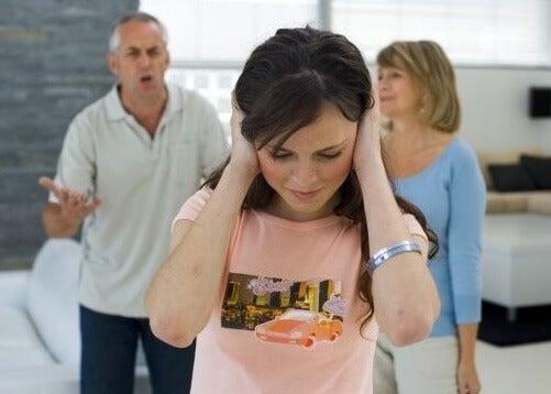 Cómo corregir el comportamiento rebelde de tu hijo adolescente