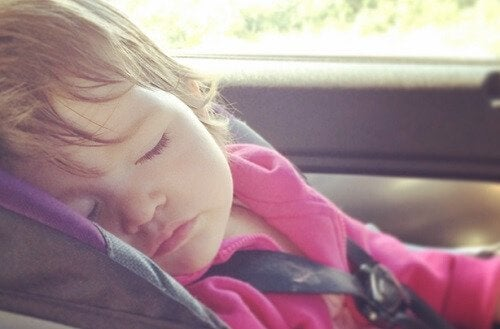 Dejar solos a tus hijos dentro del auto