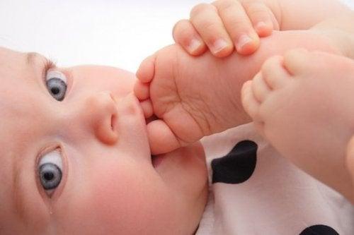 Bebés descalzos: ¿más felices e inteligentes?