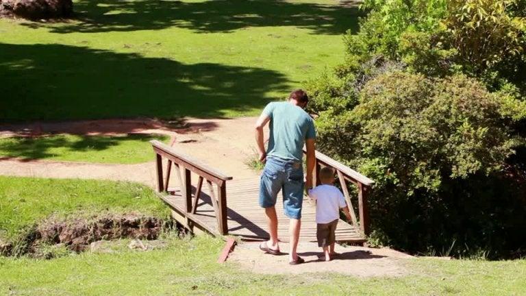 Un buen padre construye puentes hacia el corazón de su hijo y no muros