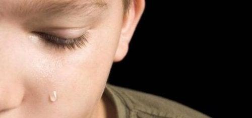 Niño problemático con emociones bloqueadas