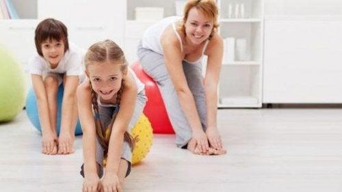 Los aeróbicos para niños deben estar acompañados de un calentamiento previo.