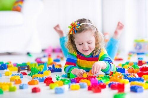 Hay diferente opciones y técnicas para que los niños aprendan a jugar solos.