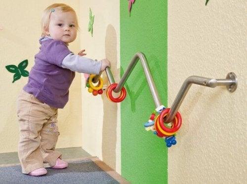 Niño con juego infantil