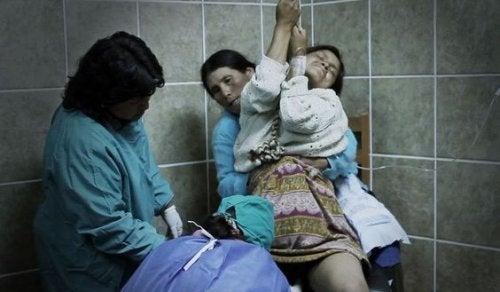 Mujer en parto vertical