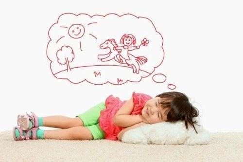 Une petite fille endormie en train de rêver