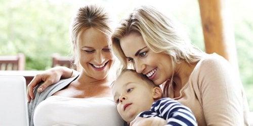 Dos mujeres practican crianza comunitaria