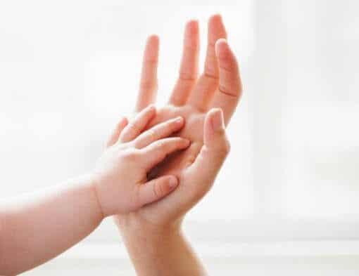 Las caricias, un imprescindible en la vida de un niño