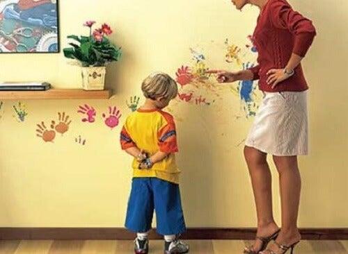 Eduquer avec des menaces est une erreur dans laquelle beaucoup de parents tombent.