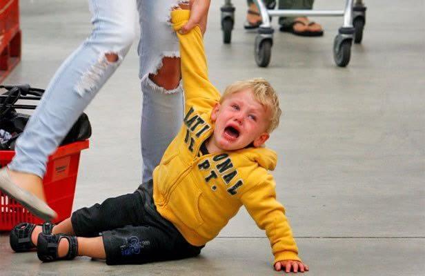 Resultado de imagen para niño llorando en el piso