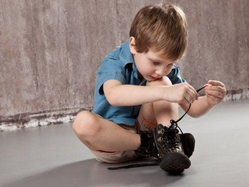 Enseñar a atarse los cordones a un niño requiere de práctica y paciencia.