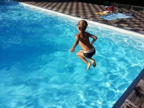 En verano los niños deben divertirse en el agua, pero siempre acompañados por sus padres