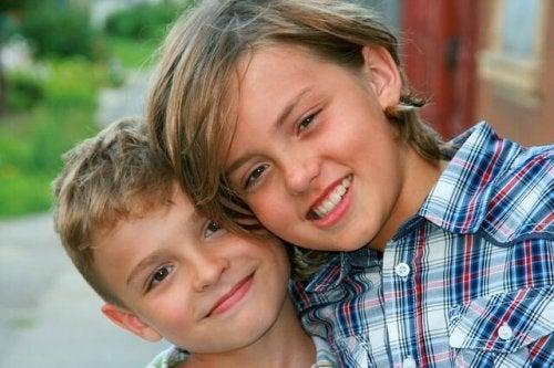 5 cosas que solo entenderás si creciste con un hermano mayor