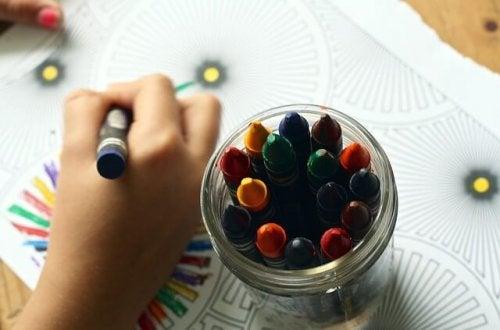 niño trabajando su creatividad