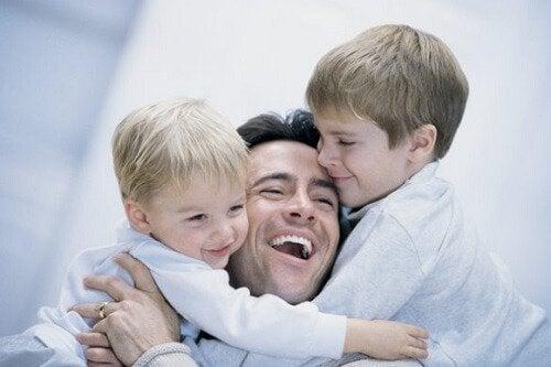 Padre educando en humildad a sus dos hijos.