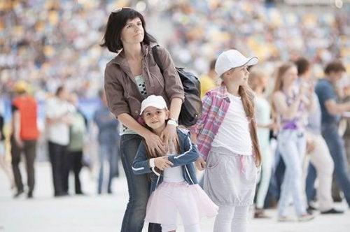Madre ejerciendo hiperpaternidad