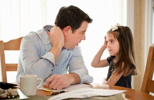 Hablar con los hijos y darles cariño les ayuda a superar las consecuencias de una familia disfuncional