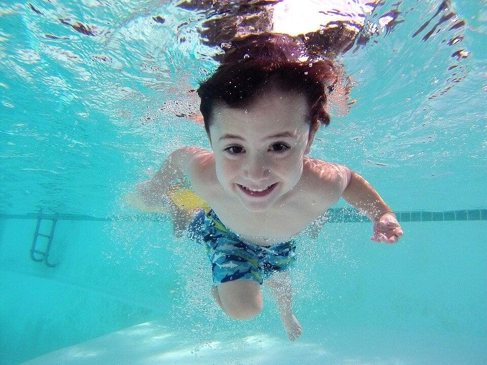 9 beneficios de la natación en los niños