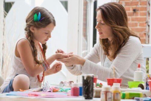 Las manualidades para niños de 3 a 5 años requieren la colaboración de los padres.