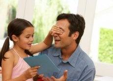 nina-dando-regalo-a-papa