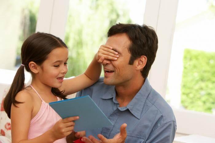 Ayúdale a sorprender a papá con un regalo casero