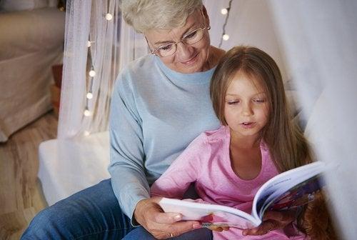 Los libros para abuelos son grandes alternativas para compartir tiempo con ellos.