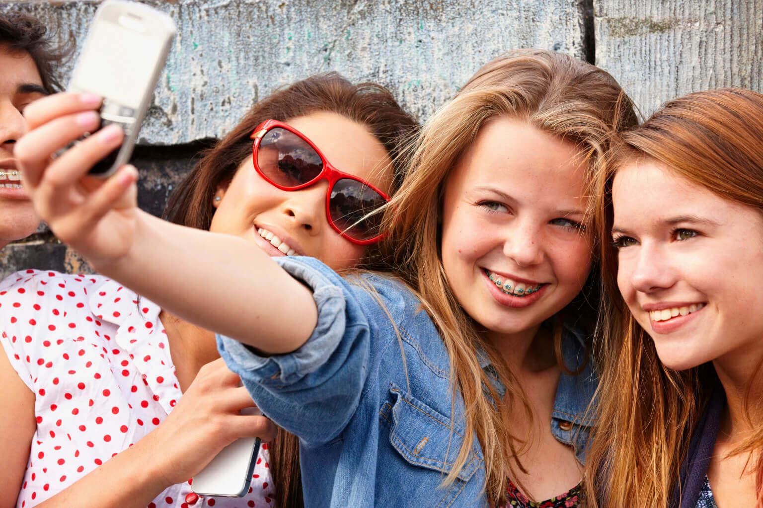 Chicas adolescentes subiendo contenido a Snapchat.