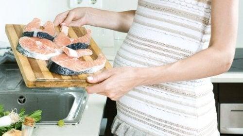 El pescado es un ingrediente infaltable en las recetas ricas en proteínas para el segundo trimestre de embarazo.