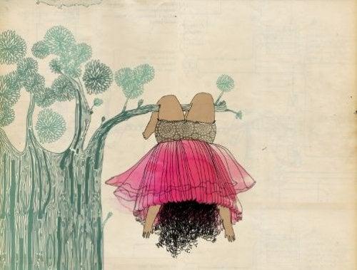 niña en un árbol