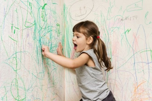 niña pintando la pared