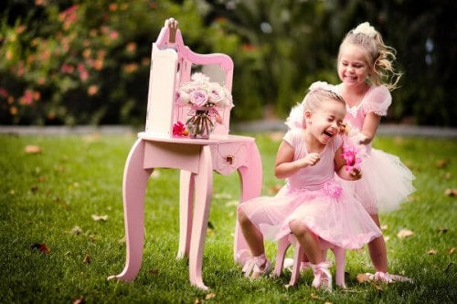niñas disfrazadas jugando a ser princesas