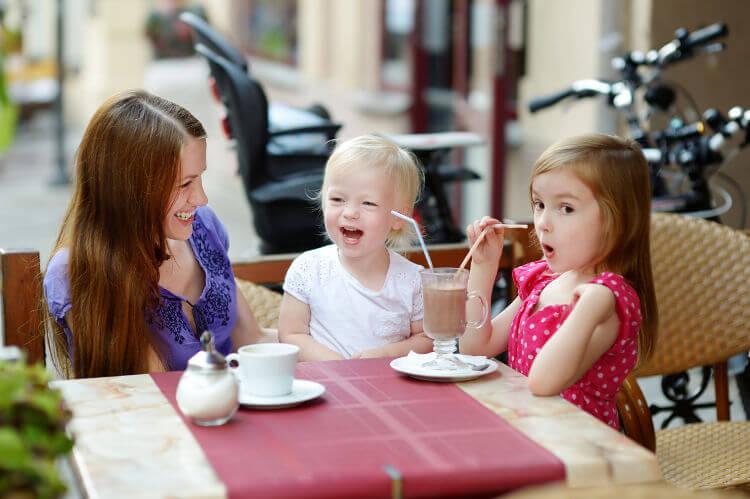 niñas divirtiéndose en un restaurante