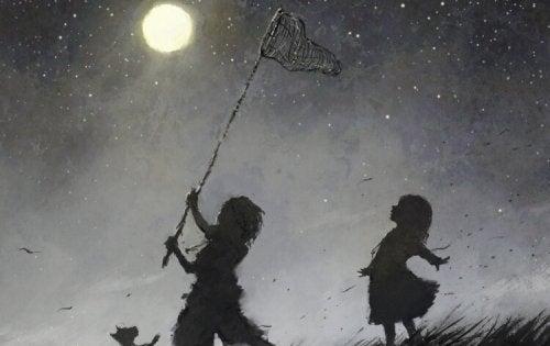 Niño revoltoso cazando luna