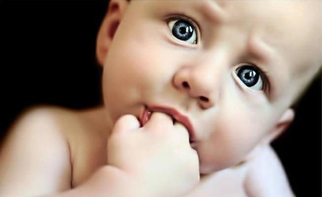 Niños que se chupan el dedo podrían sufrir menos alergias