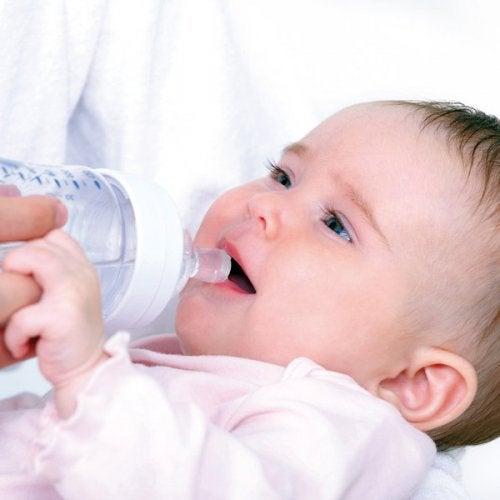 Cuánta agua necesita tu bebé depende de la edad