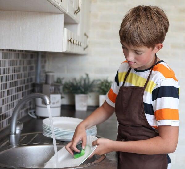 Cada miembro de la familia debe saber que es importante fregar sus utensilios.